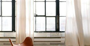 Des rideaux un peu plus longs que vos fenêtres pour rester dans la tendance !